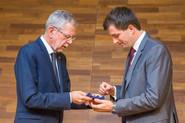 Bundespräsident Alexander van der Bellen überreicht Harald Amberger den Ehrenring der Republik Österreich (c)Pascal Riesinger